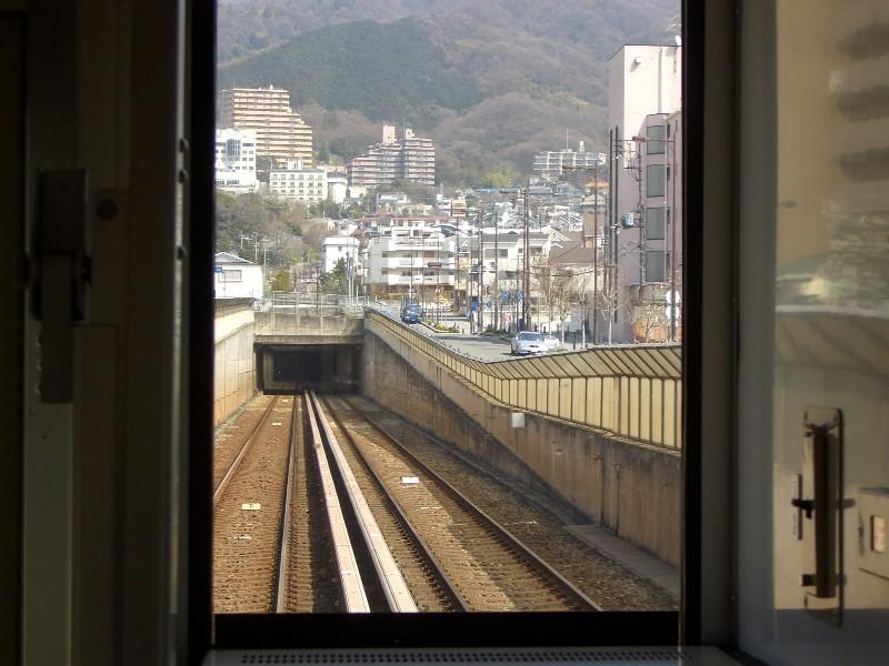 生駒山地を貫く3本の鉄道トンネ...